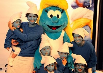 Thousands of people dress as Smurfs in Brussels
