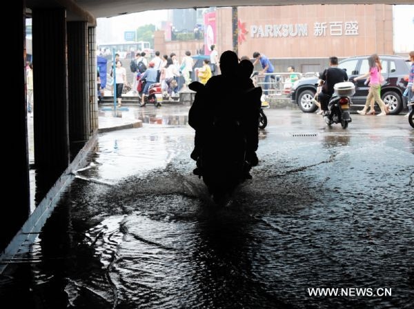 Heavy rainfall hits central China, disrupts traffic