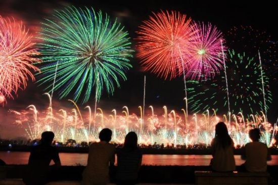 Fireworks explode over Xiangjiang River in celebration marking CPC 90th anniversary