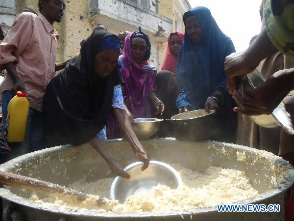 Somalians flee from south for food aid