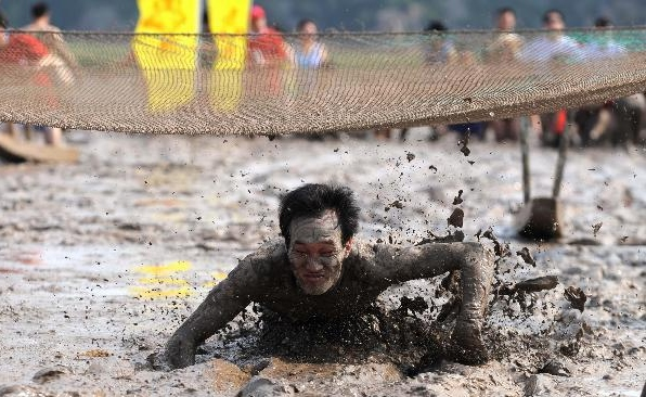 Players enjoy races on the muddy beach in E China