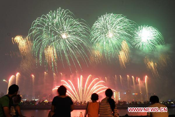 "Fireworks show featuring ""Mulan"" held in China's Changsha"