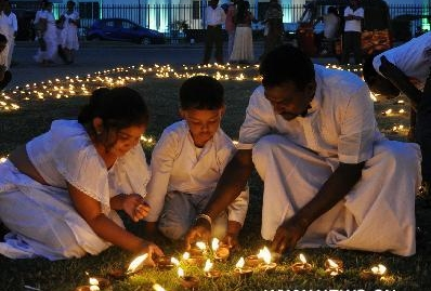 Sri Lankan people invoke blessing on Poya Day