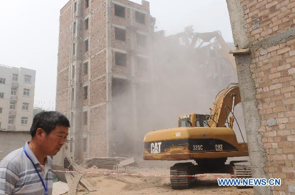 Unqualified buildings dismantled in C. China's Henan