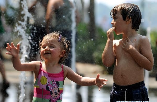 Heat wave hits NY, kids find good way to cool off