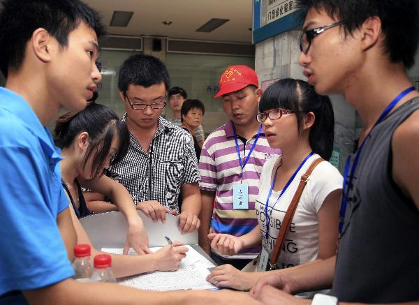 Hundreds of volunteers arrive in Wenzhou after deadly train accident
