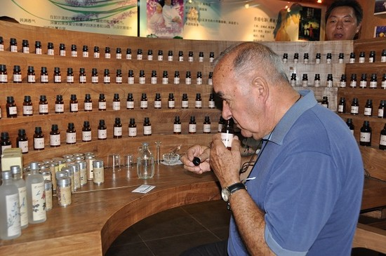 The French international expert Pierre ROS studies the flavor of the essential oil. (People's Daily Online/Yan Meng)