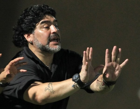 Argentinean soccer legend and coach Diego Maradona speaks to players of the Dubai al-Wasl club during their friendly match against al-Sharqa's Ittihad Kalba, in Dubai, on August 28, 2011. (Xinhua/AFP)