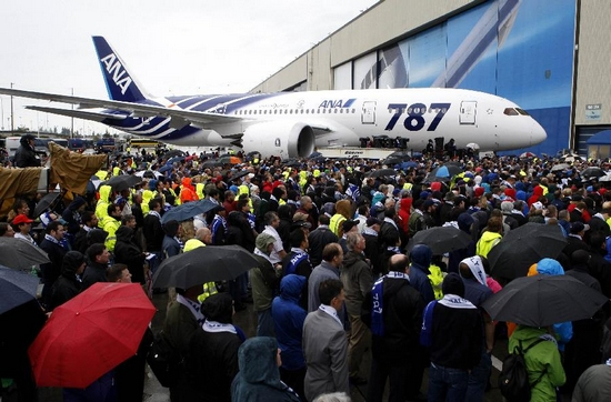 Boeing employees view a 787 Dreamliner scheduled for delivery to All Nippon Airways (ANA) of Japan during a delivery ceremony at Paine Field in Everett, Washington September 26, 2011. (Xinhua/AFP Photo)