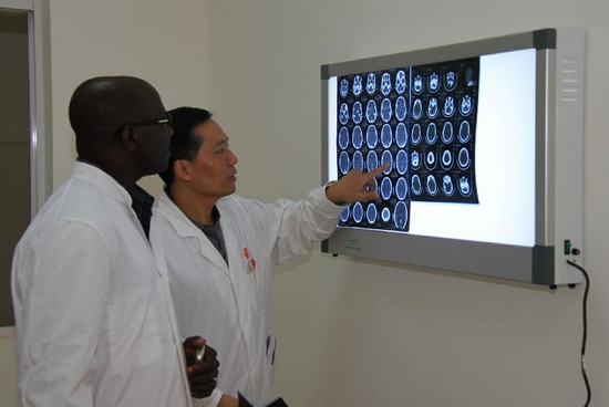 A Chinese doctor exchanges views with a local doctor at the Mali Hospital in Bamako, Mali, Sept. 26, 2011. The Mali Hospital, built with Chinese aid, officially opened on Monday. (Xinhua/Wang Zizheng)