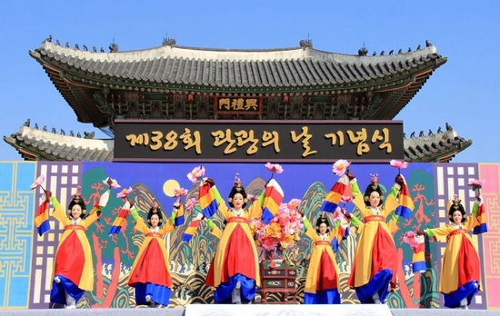 Actors perform royal dance at the Gyeongbok Palace in Seoul, Sept. 27, 2011. A ceremony commemorating the 38th South Korea Sightseeing Day was held in Gyeongbok Palace on Tuesday. (Xinhua/He Lulu)