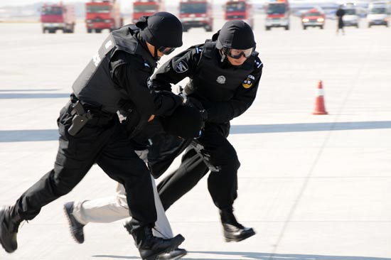 The photo, taken on Sept. 26, shows two SWAT team members taking the terrorist away. (Xinhua/Wangkai)