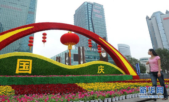 On Sept. 26, a resident passes by a flower terrace decorated for the coming National Day. (Xinhua/Hang Xingwei)