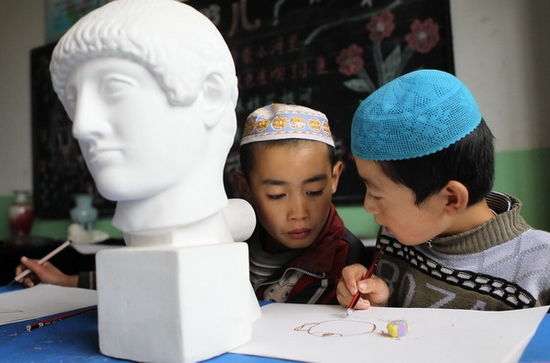 Fourth-grader Ma Lianghai (left) and third-grader Ma Linxiang are engrossed in their work during art class at Zhaojia Elementary School in Dongxiang, Gansu province, on Sept 18. (Photo by Xu Jingxing/China Daily)