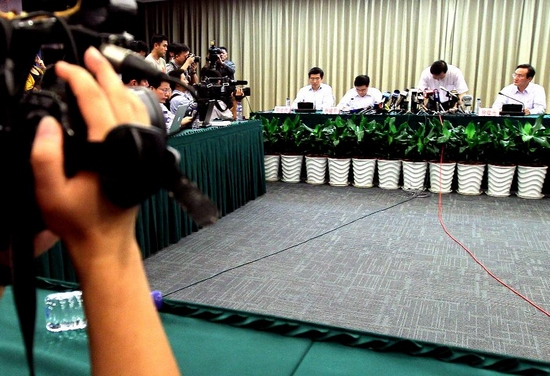 Yu Guangyao (2nd R), president of Shanghai Shentong Metro Co., Ltd, bows his apology at a press conference on the subway trains collision accident happened Tuesday afternoon, in east China's Shanghai Municipality, Sept. 27, 2011. By 8:30 p.m. (1230 GMT) Tuesday, a total of 271 injured people in the accident have received medical treatment in hospitals, among them 180 have been dispatched. Other 61 injured people are still in hospital, in which 30 are under emergency observations. No critical injuries have been reported. (Xinhua/Chen Fei)
