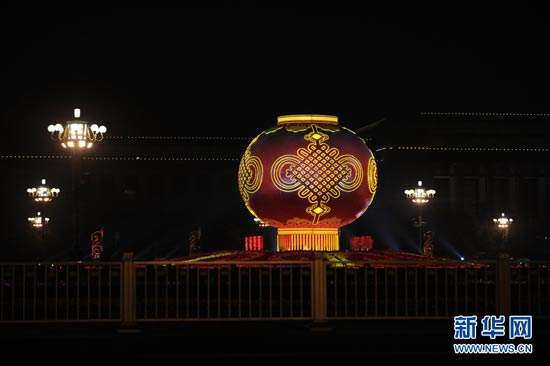 Giant red lantern lights up in Tiananmen Square to celebrate the coming National Day on Oct. 1. (Xinhua/Li Xin)