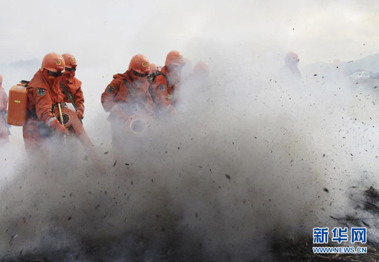 Chinese forest armed forces work together with forest firefighters on Sept. 28. (Xinhua/Chai Liren)