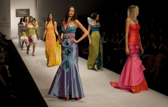 Models present creations by Mexican designer at Mexico Fashion Week, Mexico City, Sept. 29, 2011. (Xinhua/AFP Photo)