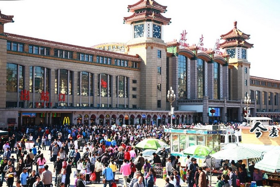 Photo taken on Sept. 30, 2011 shows the crowd at the plaza of Beijing Railway Station in Beijing, capital of China. The railway transportation witnessed a travel peak with the approach of the seven-day National Day holidays on Friday. (Xinhua)