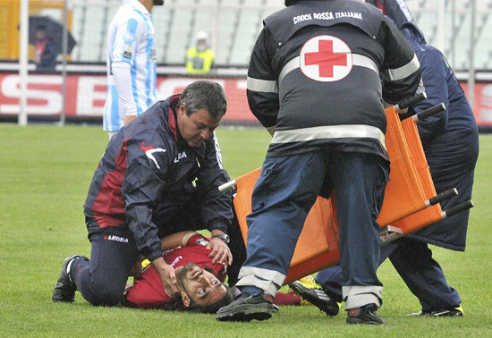 Livorno's Piermario Morosini is helped by doctors as he lies on the pitch during their Serie B soccer match against Pescara at the Adriatico stadium in Pescara April 14, 2012. Morosini has died after collapsing on the pitch with a cardiac arrest during an Italian second division game at Pescara on Saturday, prompting the soccer federation to postpone this weekend's professional games. (Xinhua/Reuters Photo)