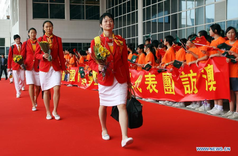 Chinese mainland Olympic taekwondo gold medalist Wu Jingyu (R, front) arrives in Macao, south China, Aug. 26, 2012. The delegation of the mainland Olympic gold medalists kicked off a visit to Macao on Sunday. (Xinhua/Liao Zida)