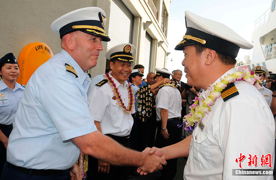 The captain of Haixun 31 is warmly received by the commander of U.S. Coast Guard. (Photo/Chinanews.com)