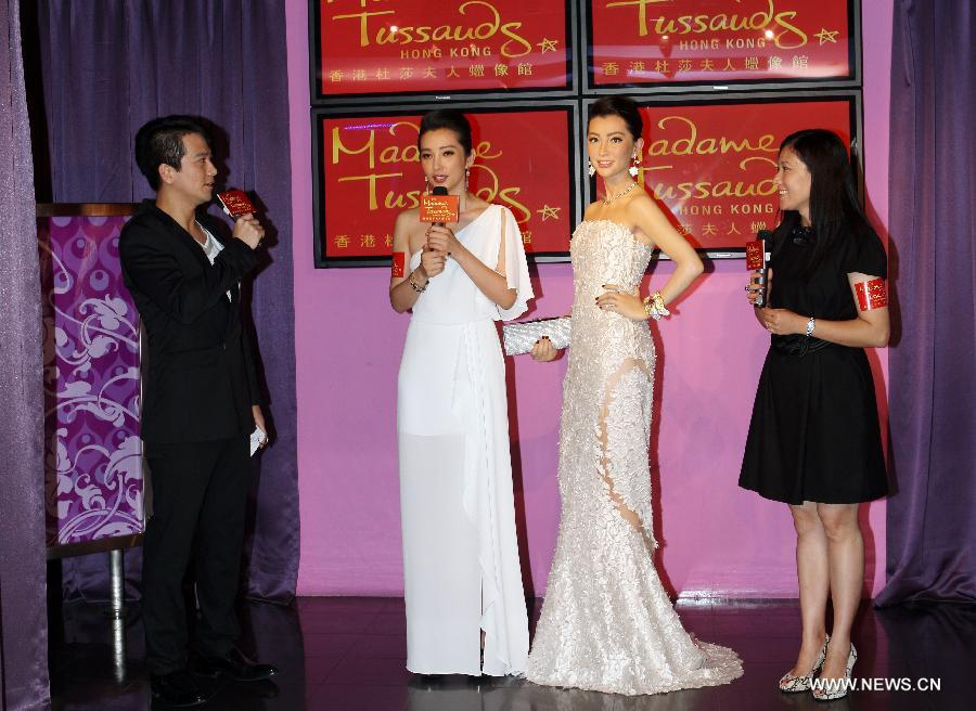 Actress Li Bingbing (2nd L) receives an interview at Madame Tussauds in Hong Kong, south China, Sept. 6, 2012. Li unveiled her wax figure at Madame Tussauds Hong Kong on Thursday. (Xinhua/Wang Yuqing)