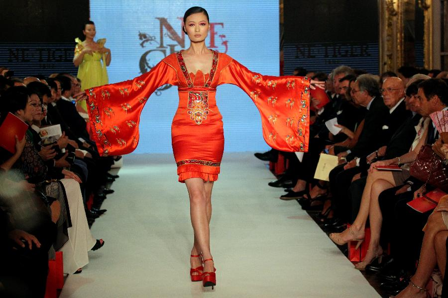 A model displays a creation of Chinese brand NE TIGER during the Milan Global Fashion Summit in Milan, capital of Italy, on Sept. 7, 2012. (Xinhua)