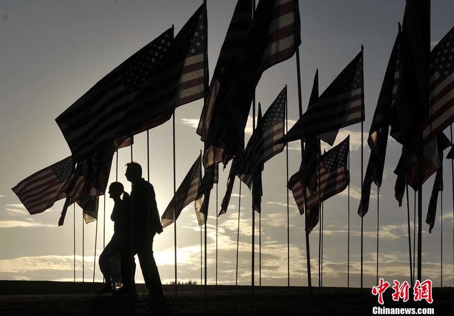All for the victims: A field is filled with 3000 national flags of the United States for mourning the victims killed in the 9/11 terrorist attacks 11 years ago, in Los Angeles's Pepperdine University, on Sep. 9, 2012. (Photo/Chinanews.com)