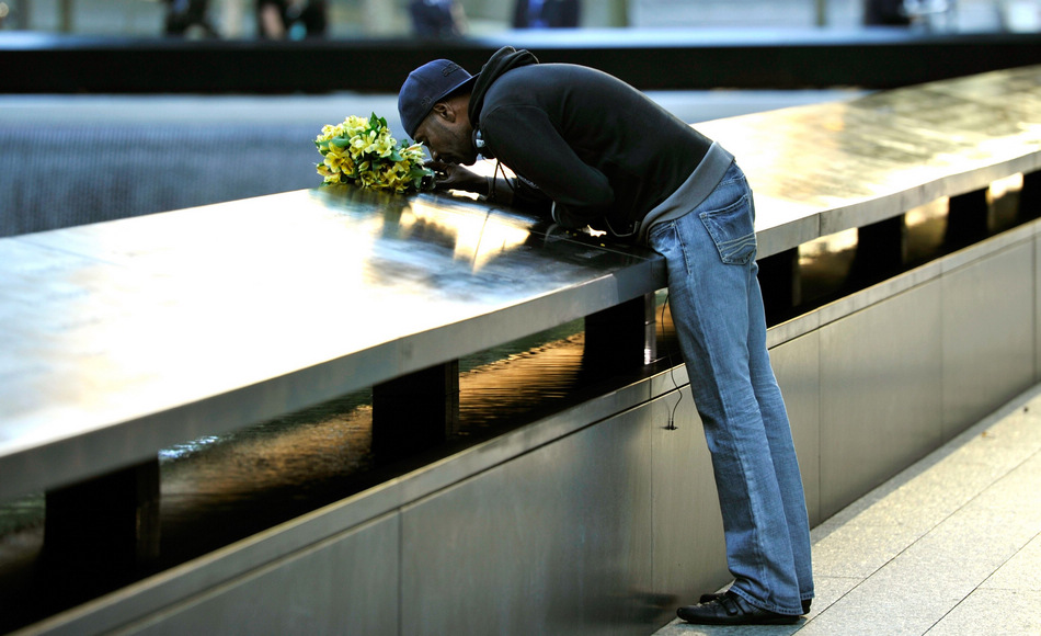 A man mourns his wife to mark the 11th anniversary of the 9/11 attacks. (Xinhua/AFP)