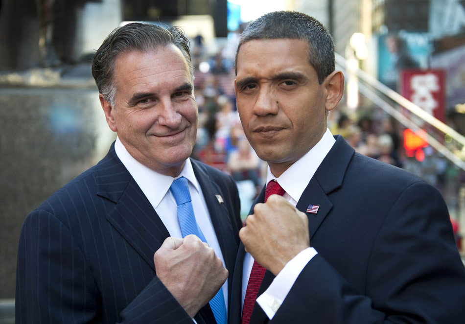 On September 11, copycats of U.S. president Obama and presidential candidate Romney take a photo on Times Square, the United States. (Xinhua/ AFP)