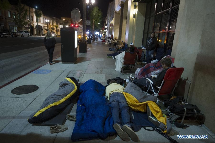 Apple's fans sleep outside an Apple store in Los Angeles, the United States, Sept. 21, 2012. Apple Inc's iPhone 5 hit stores around the globe on Friday. (Xinhua/Yang Lei)