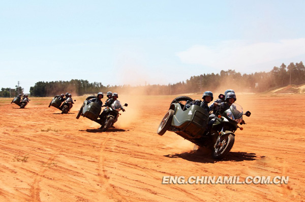 The female soldiers are  in armed cross-country training.(China Military Online/Gao Yi and Lan Jian)