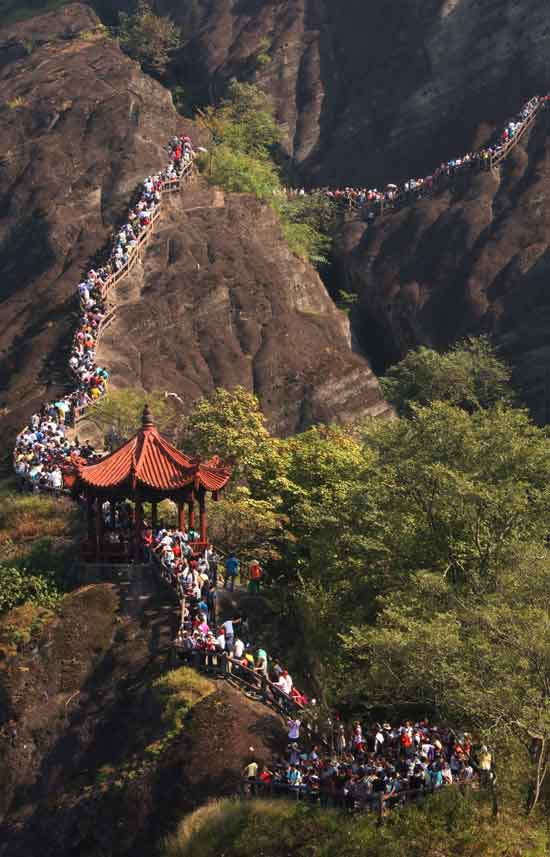 Tourists swarm to the scenic spot of the Wuyi Mountain on October 2. (Xinhua/Qiuruquan)