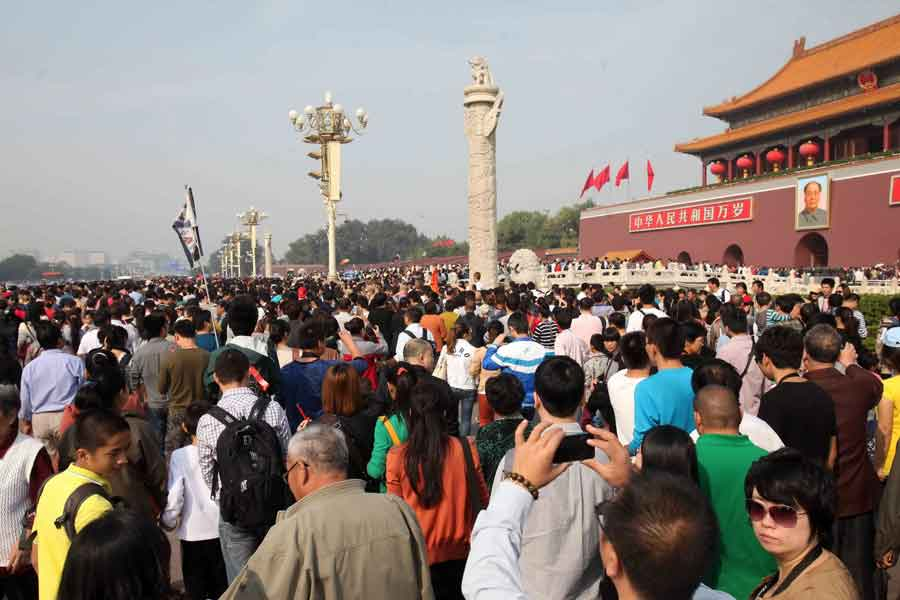 Crowds of tourists visit the Tian'anmen Square in Beijing on October 2, 2012. (Xinhua/Chen Xiaogen)