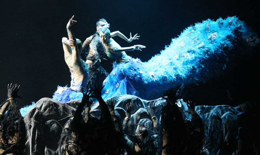 "Dancer master Yang Liping (R) performs the dance drama ""The Peacock"" in Shijiazhuang, capital of north China's Hebei Province, Oct. 12, 2012. (Xinhua/Ding Lixin)"