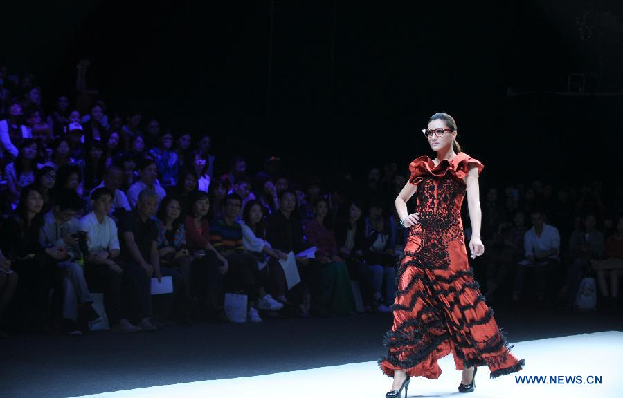 A model displays a creation during a fashion show featuring creations by Hong Kong designers during the Taipei IN Style in Taipei, southeast China's Taiwan, Oct. 17, 2012. (Xinhua/Yin Bogu)