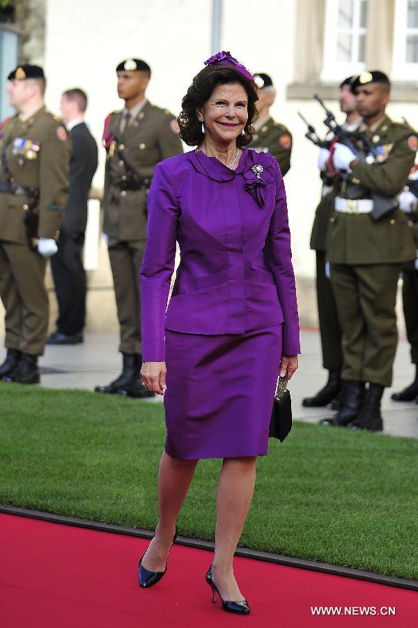 Queen Silvia of Sweden arrives to attend the religious wedding service of Crown Prince Guillaume of Luxembourg and Belgian Countess Stephanie de Lannoy, at the Notre-Dame Cathedral in Luxembourg, Oct. 20, 2012. (Xinhua/Ye Pingfan)