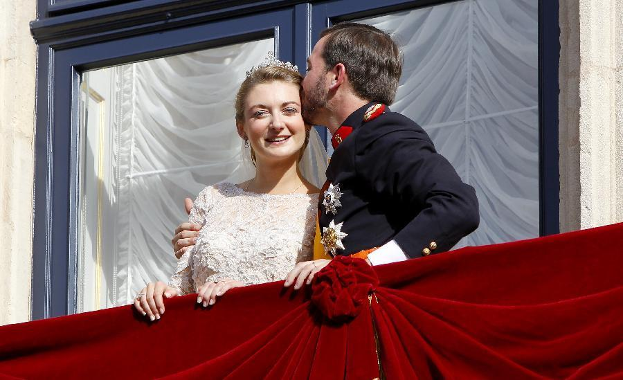 Luxembourg's Hereditary Grand Duke Guillaume kisses his wife Princess Stephanie on the balcony of the Grand-Ducal Palace after their religious wedding in Luxembourg Oct. 20, 2012. (Xinhua/Zhou Lei)
