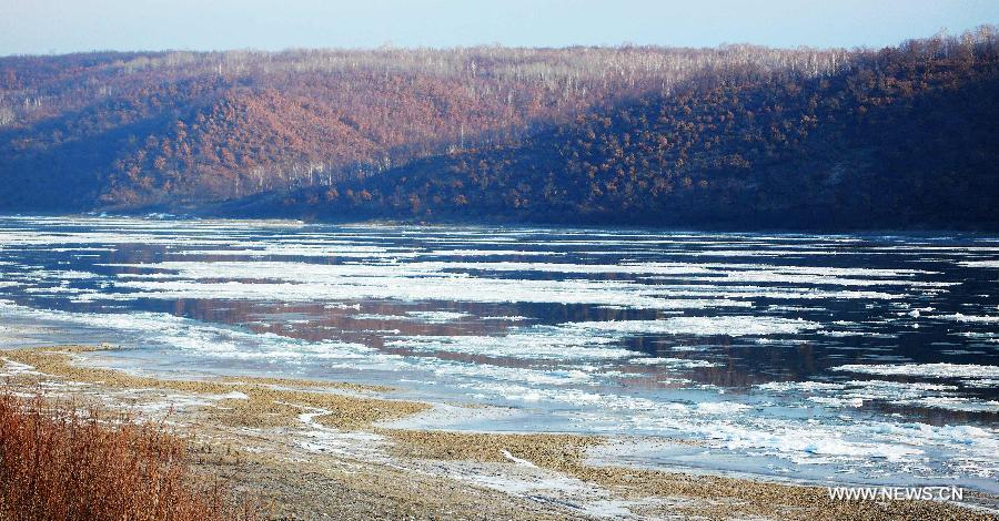 Drift ice flows on the Heilongjiang River at the section of Heihe City, northeast China's Heilongjiang Province, Oct. 23, 2012. Affected by the temperature drop, large amount of drift ice appeared in the river recently. (Xinhua/Qiu Qilong)