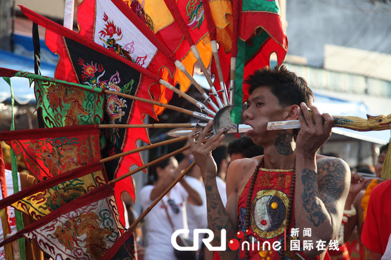 The photo shows shocking performances during the parade in Nine Emperor Gods Festival celebrated from October 15 to October 23 on Phuket Island, the famous holiday resort in south Thailand. (Photo/CRI Online)