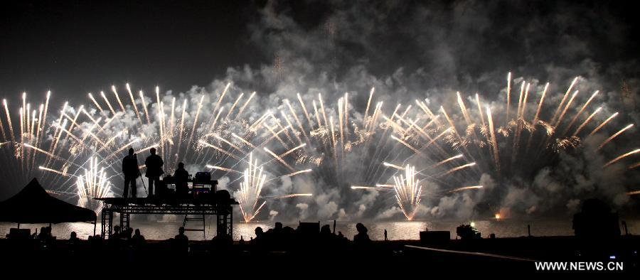 Fireworks explode in the sky during the Jinshan International Beach Music Fireworks Festival held in Shanghai, east China, Oct. 28, 2012. The event showcased fireworks from China, Belgium, Portugal and United States. (Xinhua/Zhuang Yi)