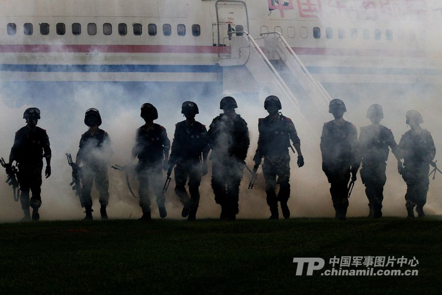 Special operation members of the Xiamen Contingent of the Chinese People's Armed Police Force (APF) in anti-terrorism drill. (China Military Online/Huang Xun)
