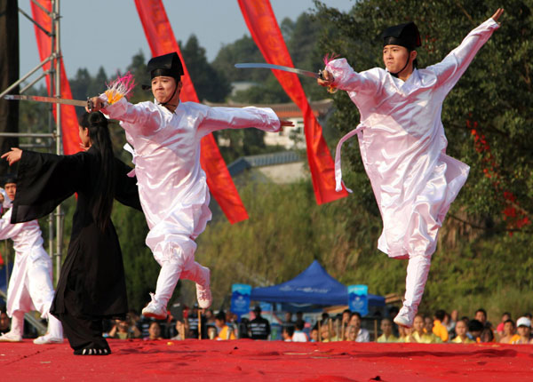 Representatives of the Wudang martial arts discipline show off their swordsmanship at the fourth China South Shaolin Wushu Culture Festival held in Putian city, Fujian province on Nov 1, 2012. The festival attracts kung fu masters from home and abroad, including Buddhist monks, representatives from the Shaolin Temple, Wudang discipline and Emei discipline. [Photo/Xinhua]