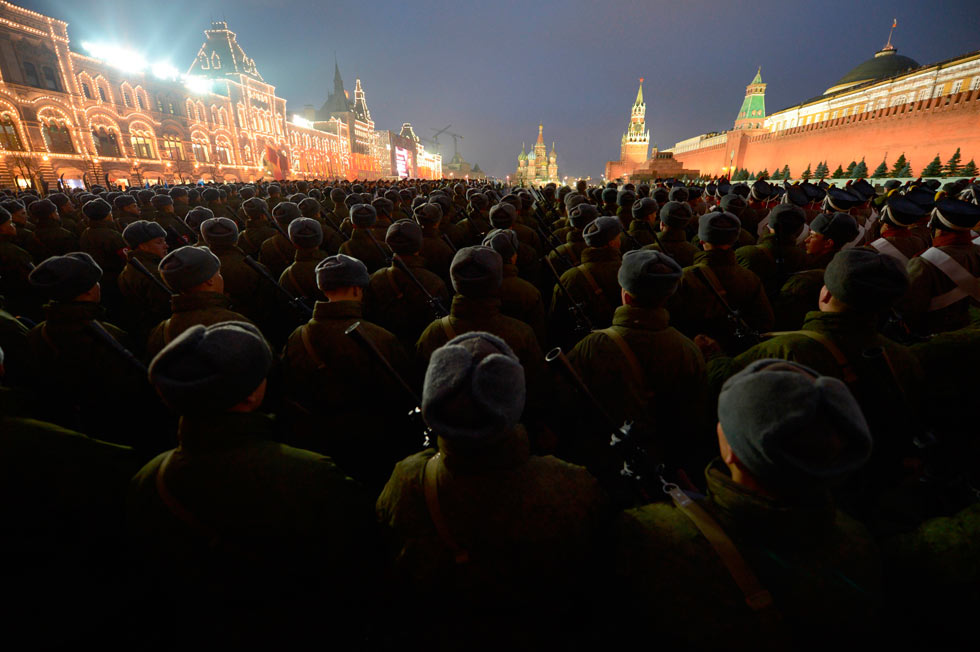 Photo taken on Nov. 2, 2012, shows Russian soldiers are in rehearsal of the military parade marking the 71st anniversary of historical parade in 1941 when Soviet soldiers marched through Red Square to fight against the Nazis during the Second World War. (Xinhua/AFP)