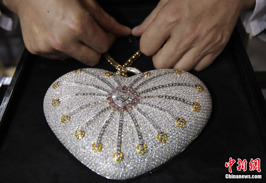 """The Mouawad 1001 Nights Diamond Purse"" is seen on display in Doha, Feb 20,2011. The handbag incorporates 18 kt gold, 4,517 diamonds, weighs 381.92 carats and is valued at $3.8 million - setting the world record for the most expensive handbag, according the Guinness World Records. (Photo/Chinanews.com)"