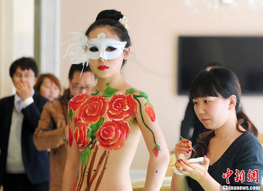 A body painting show attracts public's view in Jiujiang on Nov. 11 2012. The show is held to promote a local estate. (Chinanews.com/Hu Guolin)