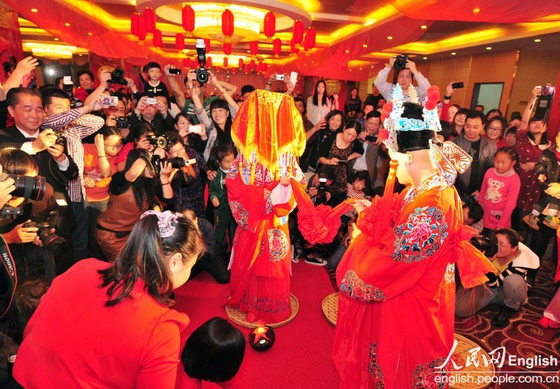 A new couple has a photo contest style wedding ceremony in Longyan city of Fujian province on Nov. 11, 2012. (CFP Photo)