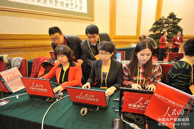 Journalists cover new CPC leaders' press meeting at the scene of the meeting in Beijing, capital of China, Nov. 14, 2012. Top leaders of the Communist Party of China (CPC) will meet with reporters Thursday morning. (People's Daily Online/Wen Qiyu)