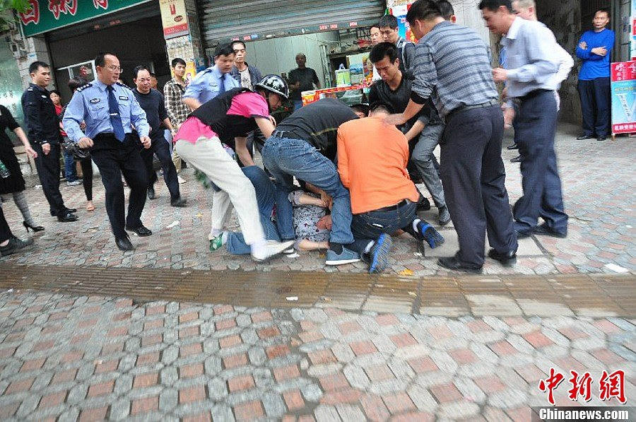 The robber is captured alive by police. A drug addict hijacked a female grocery store owner with knife at 2 p.m. on Nov. 21, 2012 in Cenxi of Guangxi Zhuang autonomous region. After three hours' confrontation with the local police, the robber was captured alive by police and the hostage was successfully rescued.(Chinanews/Lin Yaoyong)